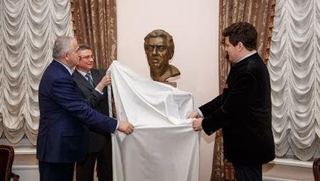 Торжественная церемония передачи в дар консерватории бюста Арама Ильича Хачатуряна