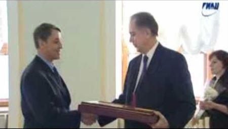 Награждение А. Соколова Почётной грамотой Президента